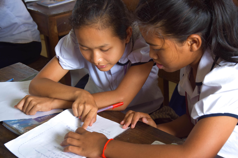 Deux étudiantes du programme de cours de rattrapage en train de travailler ensemble