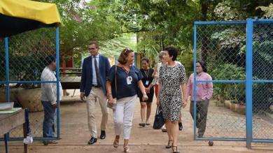 L'Ambassadrice de France au Cambodge, accompagnée de l'équipe PSE au Cambodge