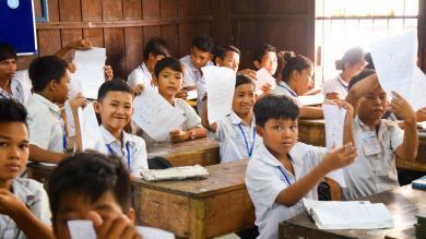 Les enfants du programme de cours de rattrapage en classe