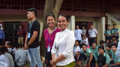 Sopheap à droite avec une collègue
