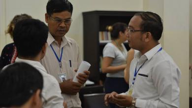 Discussion entre des salariés cambodgiens de PSE à Phnom Penh