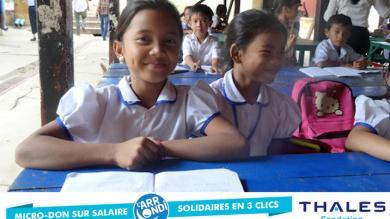 Deux petites écolières de PSE en train de sourire