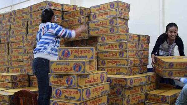 Deux employées de PSE préparent les paniers alimentaires avant une distribution
