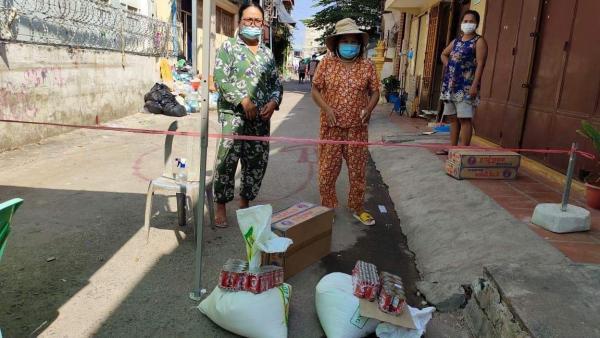 Des familles reçoivent des aides alimentaires directement dans leur quartier confiné