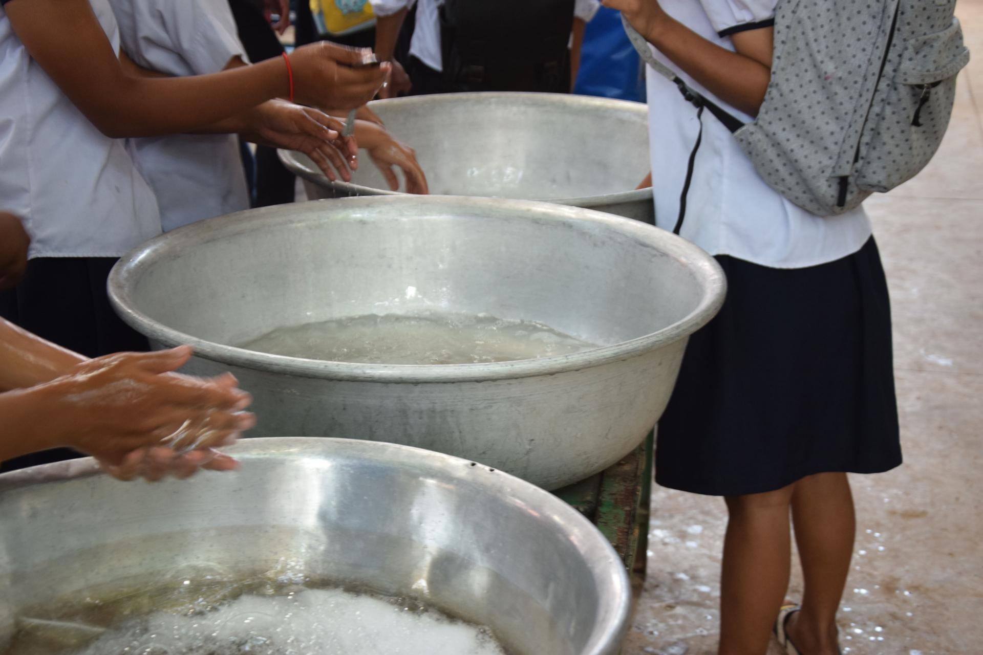 Les élèves se lavent les mains avant d'aller manger