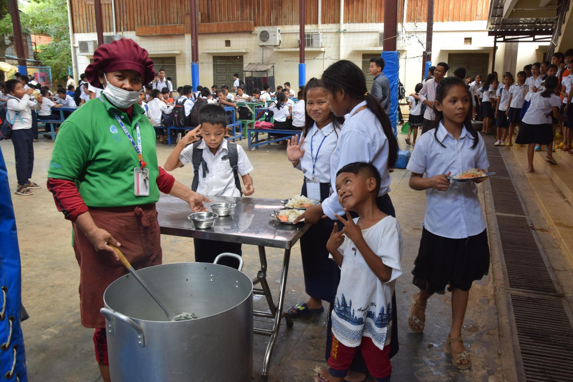 Distribution des repas à la cantine de PSE