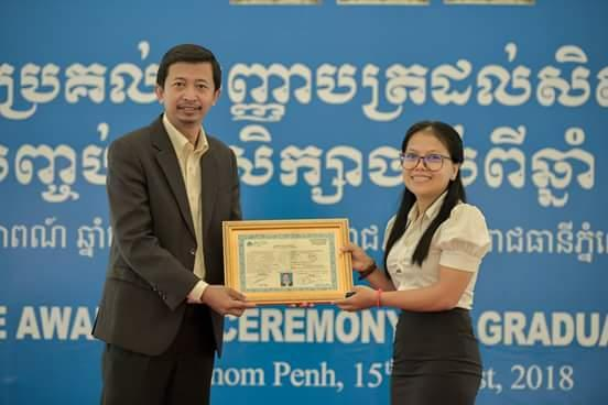 Sorya reçoit son diplôme